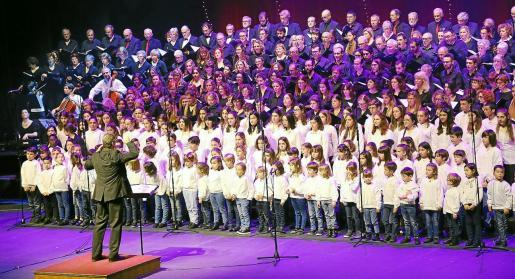 Un momento de la actuación conjunta de los coros, ayer, en el Auditòrium de Palma, bajo la dirección de Joan Company.
