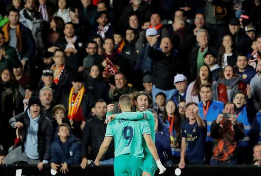 Sergio Ramos felicita a Benzema tras el gol anotado ante el Valencia.