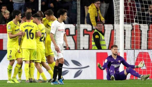 Los jugadores del Villarreal celebran el gol del camerunés Toko Ekambi ante el Sevilla.