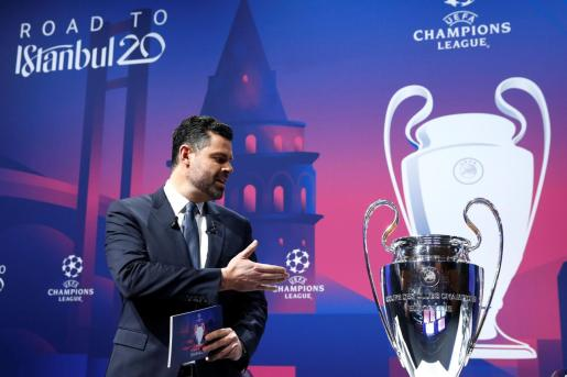 Imagen del sorteo de octavos de final de Champions League, poco antes de proceder a la extracción de las bolas.