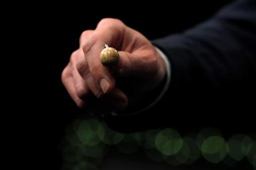 """Un funcionario de Loterías y Apuestas del Estado muestra la bola del Primer Premio de la Lotería, conocido como """"El Gordo'."""