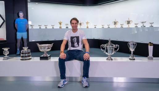 Rafa Nadal posa con sus trofeos de 2019 en su museo.