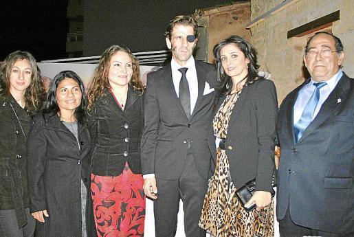 Mónica Fernández, Jeanette Sandoval, Marta Borja, Juan José Padilla y su esposa, Lidia Cabello, y el presidente de la asociación, Rafael Martínez.