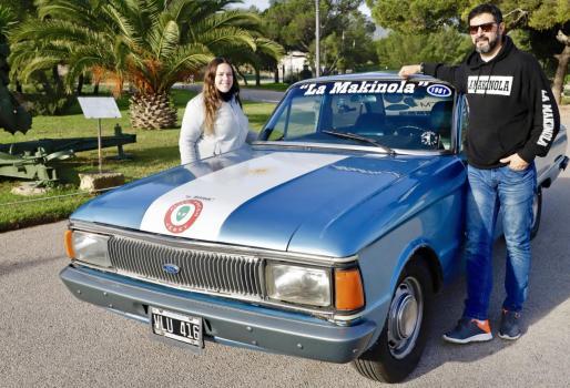 Marina y Juan, apoyados en 'La Makinola, el coche con el que han cumplido sus sueños.