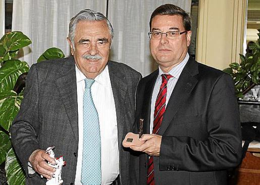 Pere A. Serra con el conferenciante, Jordi Reina.