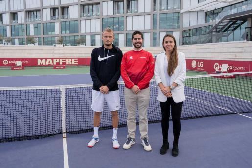 Anabel Medina y Nicola Kuhn, junto al árbitro principal del torneo, en el sorteo realizado en Manacor.