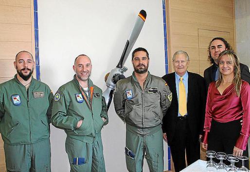 Sargento Jesús Vázquez, comandante Alejandro Martín Álvarez, capitán Alfonso Muñoz Navas, del SAR; Pep Sans, Alejandro Serra y Pilar Marroig.