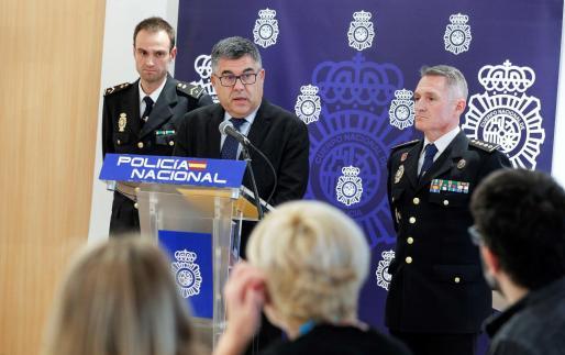 El delegado del Gobierno en la Comunitat Valencia, Juan Carlos Fulgencio, acompañado por el comisario provincial de la Policía Nacional en Valencia, Ignacio del Olmo (dcha), y del subinspector Pallardo, este jueves en rueda de prensa.