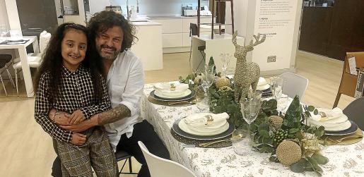 Domingo y su hermana, sentados junto a su mesa en la 6ª planta de El Corte Inglés de Avenidas.