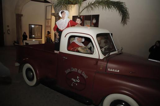 Los tres protagonistas llegaron a Can Balaguer a bordo de antiguo un Dodge.