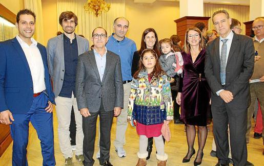 Antonio Morro, Carles Gonyalons, Emerico Fuster, Fernando Fernández, María Calafat con Aina y Alba Fernández, Elena Pipó y Xavier Ramis.