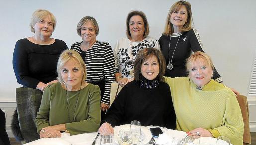 Concha Bayonas, Antonia Llabrés, Maruja Marcé y Ana Salas. Sentadas: Tina Miró, Rosa Ruesga y Dominique Guinabert.
