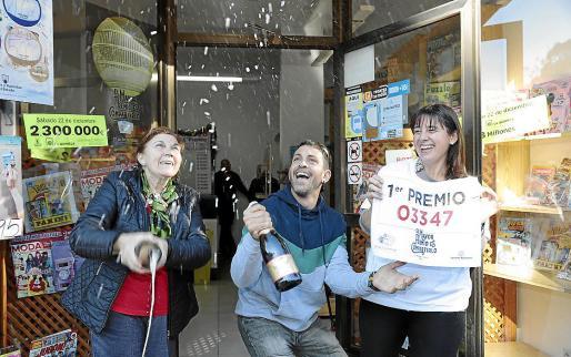 El 60 % de los premios abonados por Loterías del Estado quedarán libres de impuestos, tras la última reforma fiscal realizada en 2018. En la imagen, celebración del Gordo el año pasado en un establecimiento de la calle Felip II de la barriada del Camp Redó, en Palma.