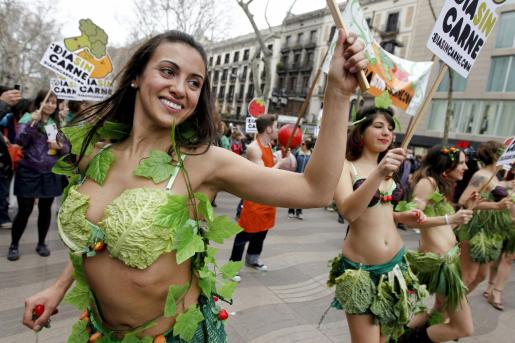 Varias activistas de la organización AnimaNaturalis han salido a la calle vestidas con vegetales para celebrar el Día Sin Carne.