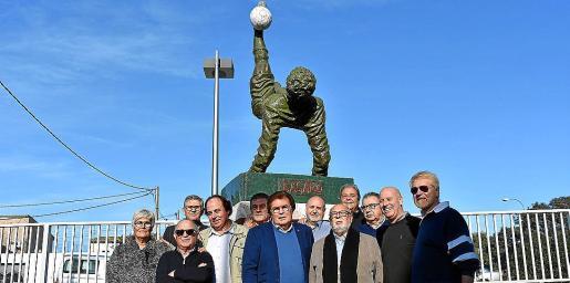 Momento de la presentación de la escultura la escultura 'La chilena'.