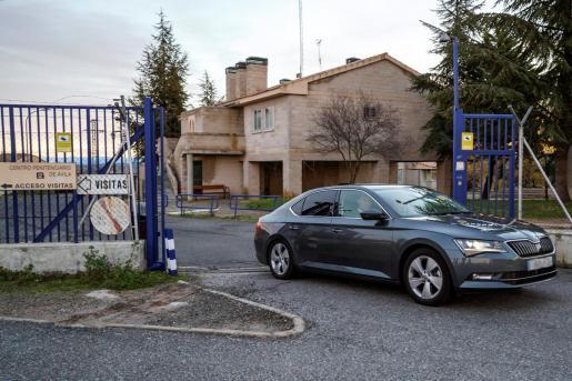 Iñaki Urdangarín sale en coche del Centro Penitenciario de Brieva.