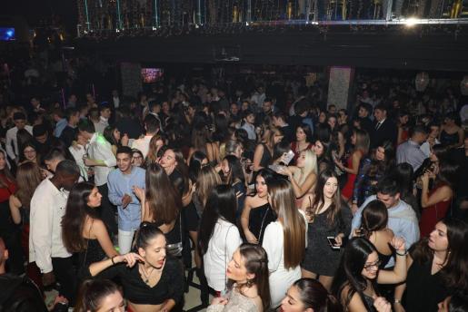 En las salas de fiesta se pudo respirar un ambiente festivo y distendido. Son muchos los que aprovechan estos días para reencontrarse y disfrutar con sus allegados, y las risas y los bailes se impusieron a lo largo de la noche.