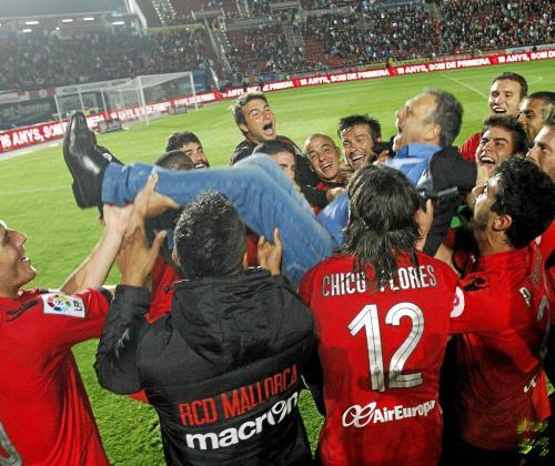 Los jugadores del Real Mallorca mantean a su técnico, Joaquín Caparrós, ayer, a la conclusión del encuentro ante el Levante.