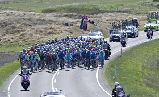 El pelotón de ciclistas durante la segunda etapa del Giro de Italia.