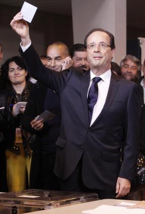El candidato socialista a la Presidencia de Francia, François Hollande, vota durante la segunda y definitiva vuelta de los comicios presidenciales galos.