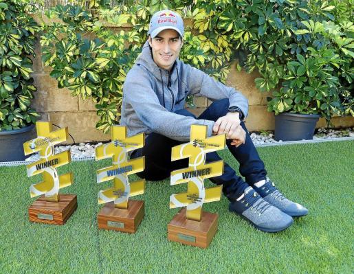 Mario Mola posa con los tres trofeos de campeón de las Series Mundiales de triatlón.