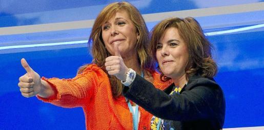 Soraya Sáenz de Santamaría (d), saluda junto a Alicia Sánchez Camacho, presidenta del PPC, durante la clausura del XIII congreso del PP catalán.