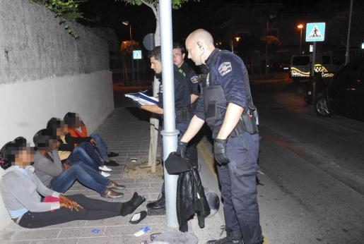 Un grupo de prostitutas subsaharianas esperan a ser identificadas por los agentes de la Policía Local en Magaluf.