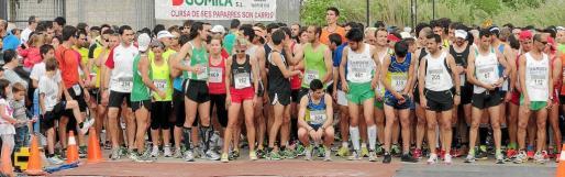 Los participantes se preparan para tomar la salida de la 'mitja marató' de Manacor, celebrada en la mañana de ayer en la capital de Llevant.