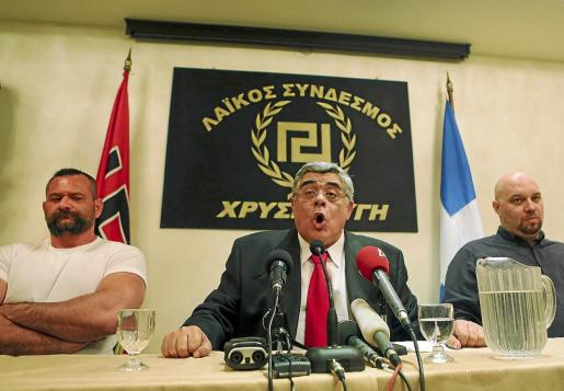 El líder del partido de extrema derecha griego Amanecer Dorado (Chryssi Avgi), Nikos Michaloliakos (C).