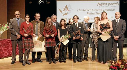 Foto de grupo de todos los premiados absolutos del certamen junto a Antoni Sánchez, Pere A. Serra, Rafael Nadal, Carme Riera y Rafael Barea, director del colegio Ágora Portals.