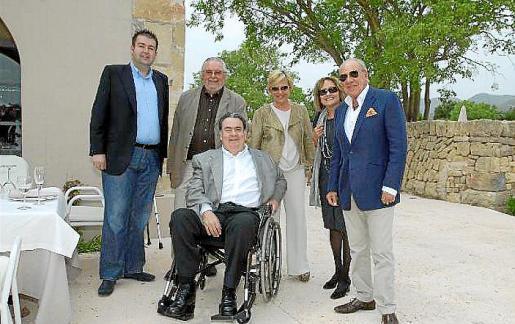 Antoni Pons, Joan Llabata, Miguel Capèlla, Isabel Izquierdo, Carme Ruiz y Pepe Pinya, en la terraza del restaurante.