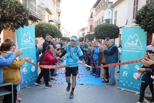 El atleta entra en la meta tras recorrer 370 kilómetros.