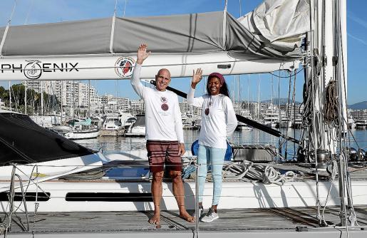 Juanlu Serra y su pareja, Deriluz, en el momento que ayer al mediodía zarparon en su particular aventura.