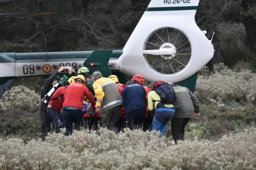 Los servicios de emergencias, trasladan a la mujer en helicóptero hasta Son Espases.
