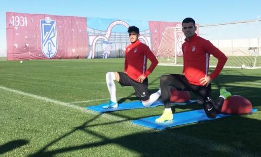 Dos futbolistas del Granada, durante el regreso a los entrenamientos del conjunto nazarí.