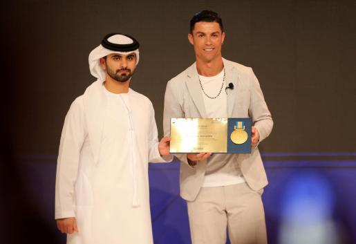 Cristiano Ronaldo, futbolista de la Juventus, recibe su galardón de Sheikh Mansoor Bin Mohammed.