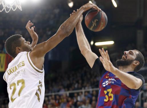El ala-pívot del Barça, Nikola Mirotic (d), intenta encestar ante la oposición del caboverdiano Walter Tavares (i), del Real Madrid, durante el partido de la Liga ACB jugado esta domingo en el Palau Blaugrana de Barcelona.