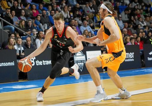 El sueco Alexander Lindqvist intenta penetrar a canasta ante la defensa del jugador del Lleida Stutz, en un lance del encuentro que disputaron este domingo el B the travel brand Mallorca Palma y los de la Terra Ferma en Son Moix.