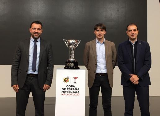 José Tirado, director deportivo del Palma Futsal (izquierda), con los representantes del Movistar Inter tras el sorteo celebrado este lunes en Madrid.