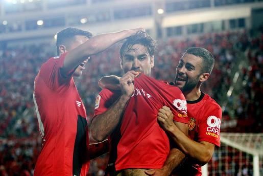 Abdón Prats, en centro, celebra junto a Antonio Raíllo y Dani Rodríguez el gol que certificaba el ascenso del Mallorca a Primera División el pasado mes de junio.