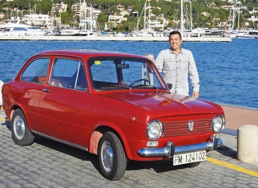 José Antonio, junto a su coche Seat 850 de 1968 que él mismo ha restaurado.