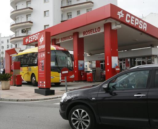 El precio del combustible es una cuestión endémica en las Islas, pero a lo largo de este año la situación se ha agravado. Esta coyuntura es la que denuncia la patronal de transporte de mercancías por el efecto directo que tiene en las empresas y consumidores la extrapolación de este coste.