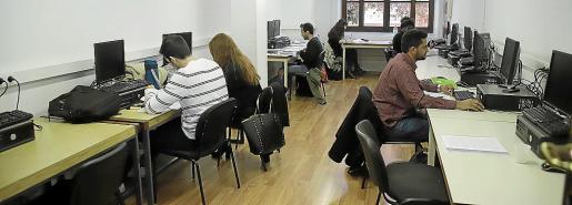 El aula de informática es una de las que están abiertas para los estudiantes.