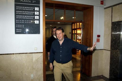 El ex conseller de Turisme, Frances Buils, saliendo de los juzgados tras declarar.