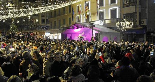 La plaza del Ajuntament se llenó por completo de ciudadanos que quisieron despedir el año con un gran ambiente y tomarse las uvas acompañados de amigos y familiares. En la capital del Raiguer no faltó la música en directo.