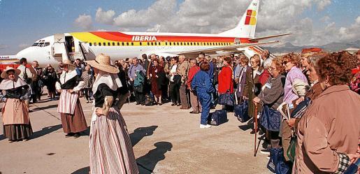 Imagen de 1999: llegada a Baleares de más de un centenar de emigrantes de América latina.