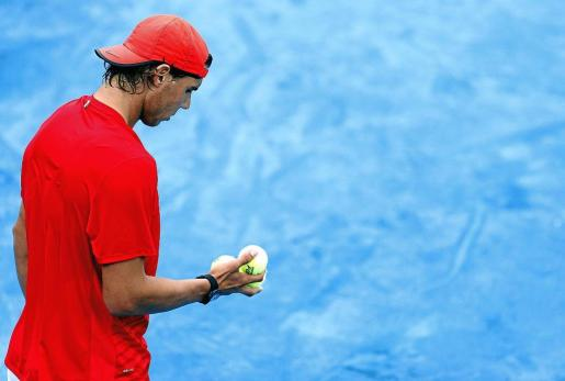 El número dos del tenis mundial, Rafael Nadal, observa las pelotas durante su entrenamiento de ayer en el Masters 1000 de Madrid.
