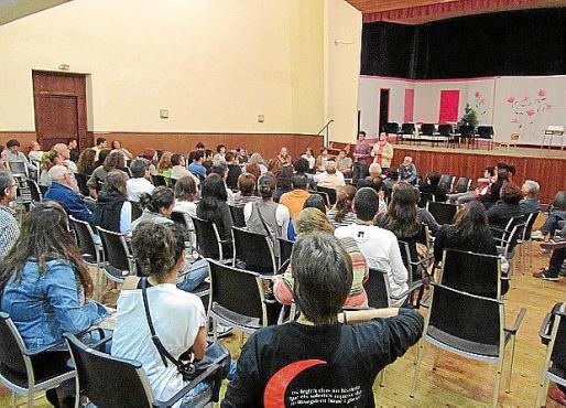 Unas 100 personas se reunieron en el teatro Victòria.