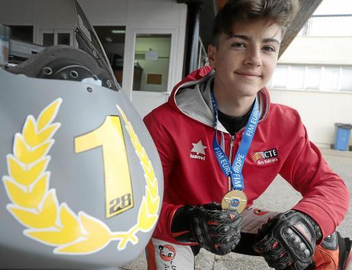 El piloto Izan Guevara posa con su medalla de campeón de la European Talent Cup.