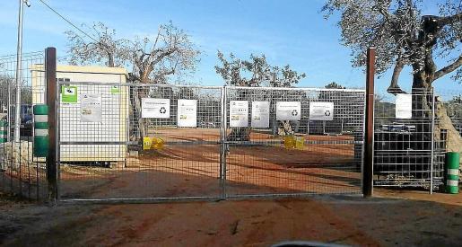 Arrelam acusa a Roger de «improvisar» un Parc Verd ilegal en el solar de la futura escuela.